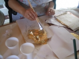 1 art sudio applying-gold-leaf